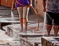 Câmara aprova multa de mil reais para quem lavar calçada ou carro em SP
