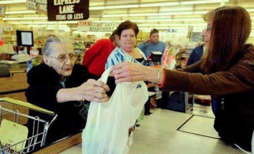 Na fila do supermercado, o caixa diz a uma senhora idosa