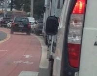 Entre as melhorias uma ciclovia em avenida;  alguns motoristas não a respeitam