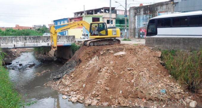 Córrego Caaguaçú recebe limpeza mecanizada