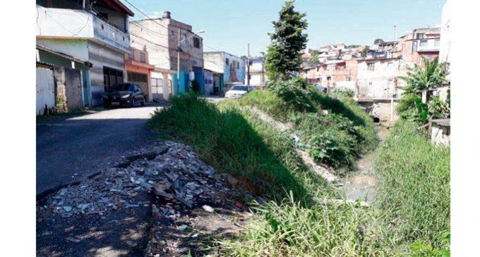 Sem manutenção e esgoto a Rua Vitaliano Rotellini  é só problemas